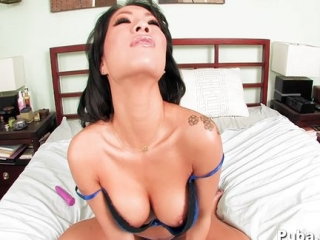 Hot Asa shoves a pink dildo in her pussy